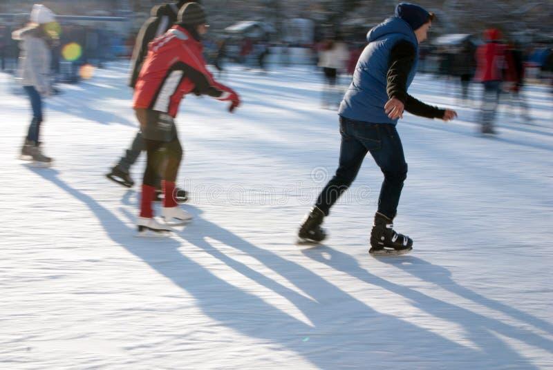 täta isskateboradåkare åker skridskor upp royaltyfri foto