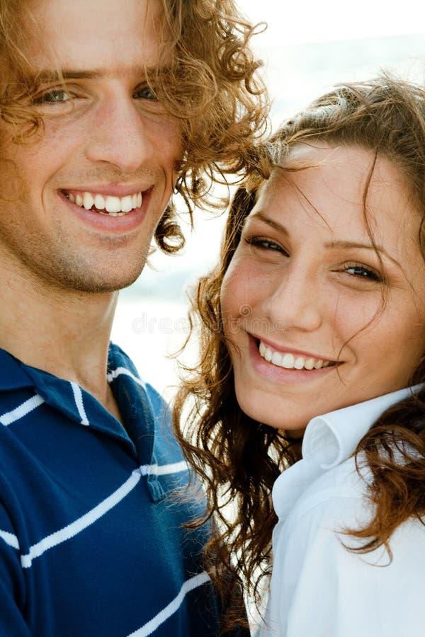 täta par som ler upp royaltyfri fotografi