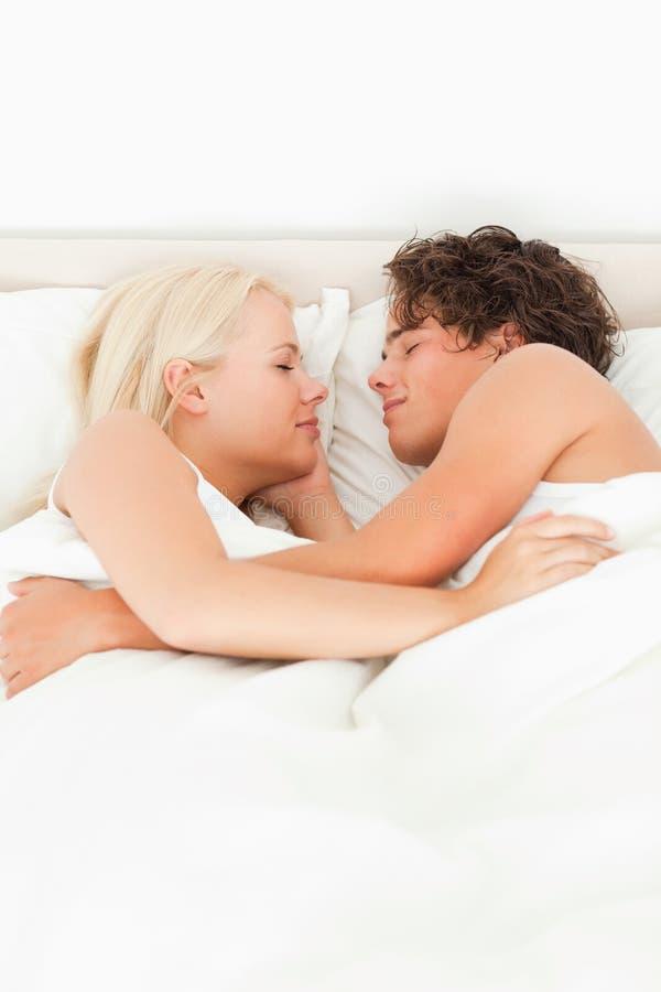 täta par som sovar upp royaltyfria bilder
