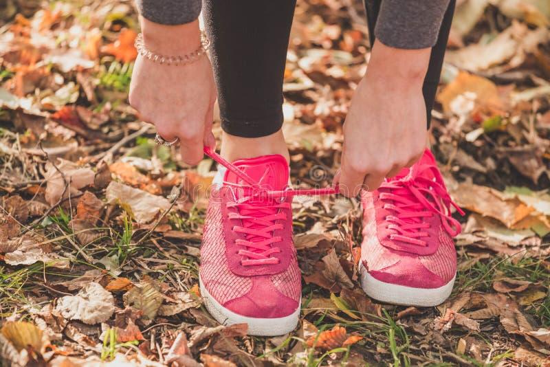 täta running skor upp Sport och sunt begrepp royaltyfria foton