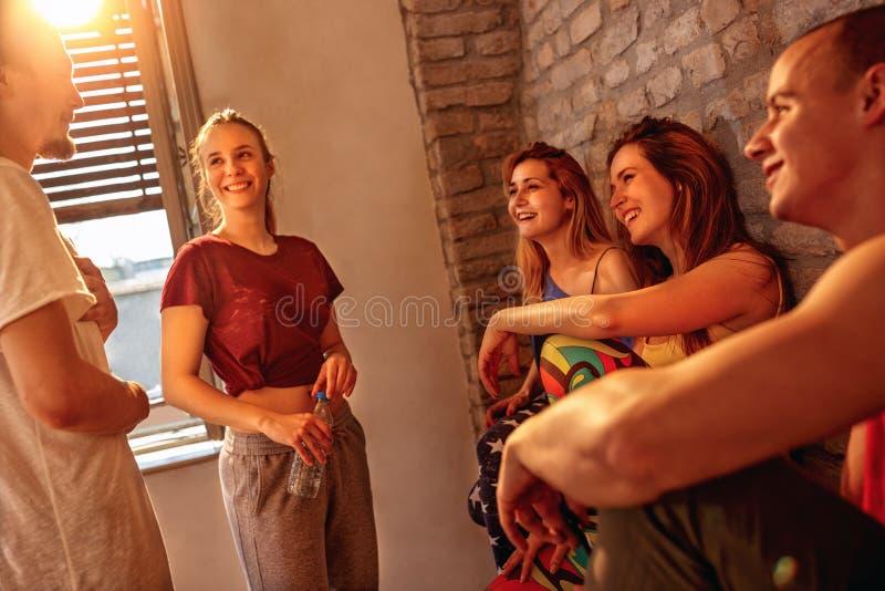 Tätare folk för höftflygtur som har gyckel på danser i studio fotografering för bildbyråer