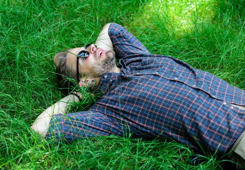 tätare natur till Naturen fyller honom med friskhet och inspiration Lägger den orakade grabben för mannen på äng för grönt gräs m arkivbilder