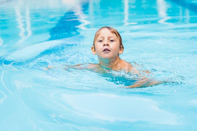 Tätigkeiten auf dem Pool, Kinder, die im Wasser, im Glück und in der Sommerzeit schwimmen und spielen stockfotos