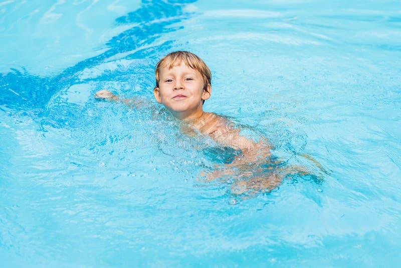 Tätigkeiten auf dem Pool, Kinder, die im Wasser, im Glück und in der Sommerzeit schwimmen und spielen lizenzfreie stockfotos