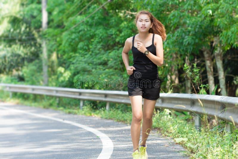 Tätigkeitsschönheitsfrauenlaufen stockbilder