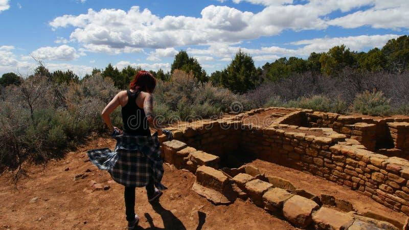 Tätowierte Dame Explores Indian Ruins stockfotos