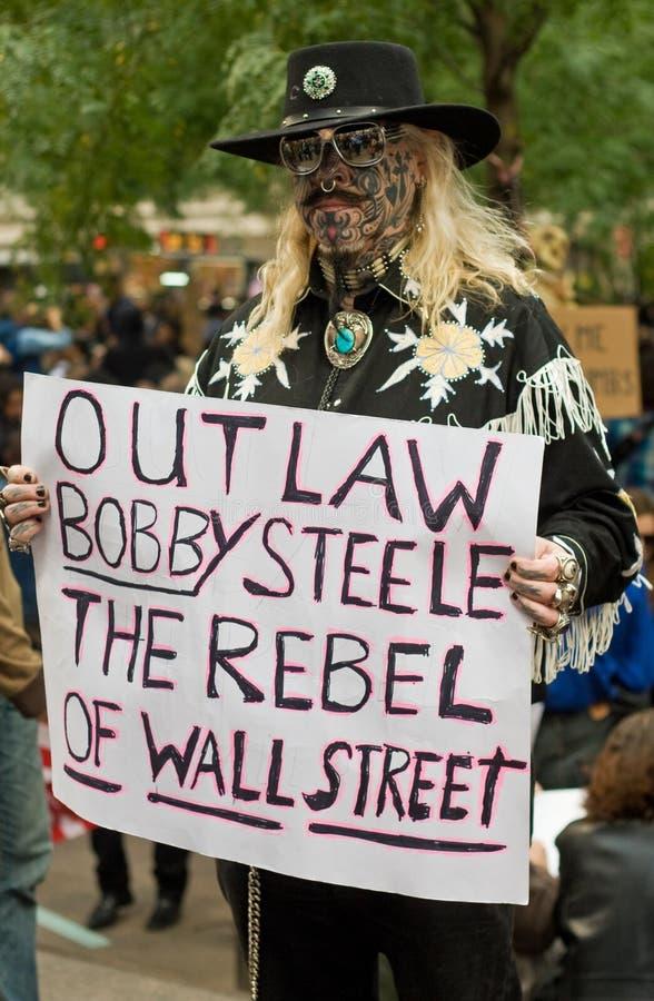 Tätowierte Mannproteste gegen Stahl Robert-K lizenzfreie stockbilder