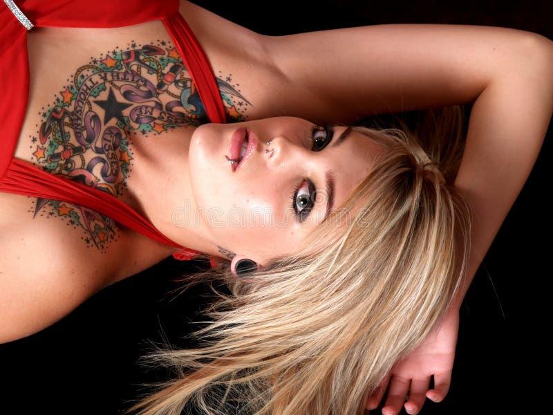 Tätowiertes blondes Baumuster lizenzfreie stockbilder
