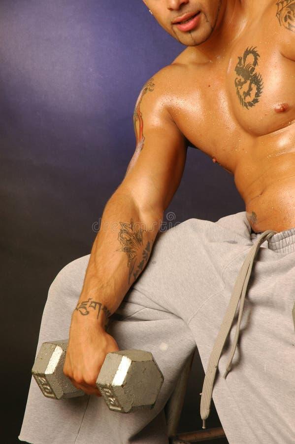 Tätowierungmann mit Gewicht lizenzfreies stockbild