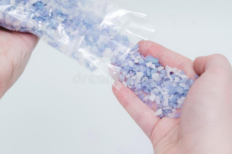 Tätt av kvinnans det poring badet för hand salta upp kristaller in i vatten Spa behandling, avkoppling arkivbilder