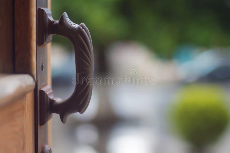 tätt dörrhandtag som skjutas upp arkivbild