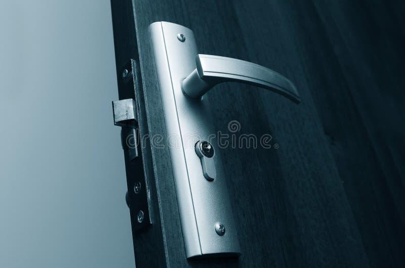 tätt dörrhandtag som skjutas upp royaltyfria foton
