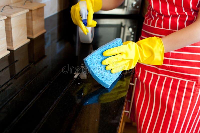 tätt görande hushållsarbete upp kvinnabarn royaltyfria bilder