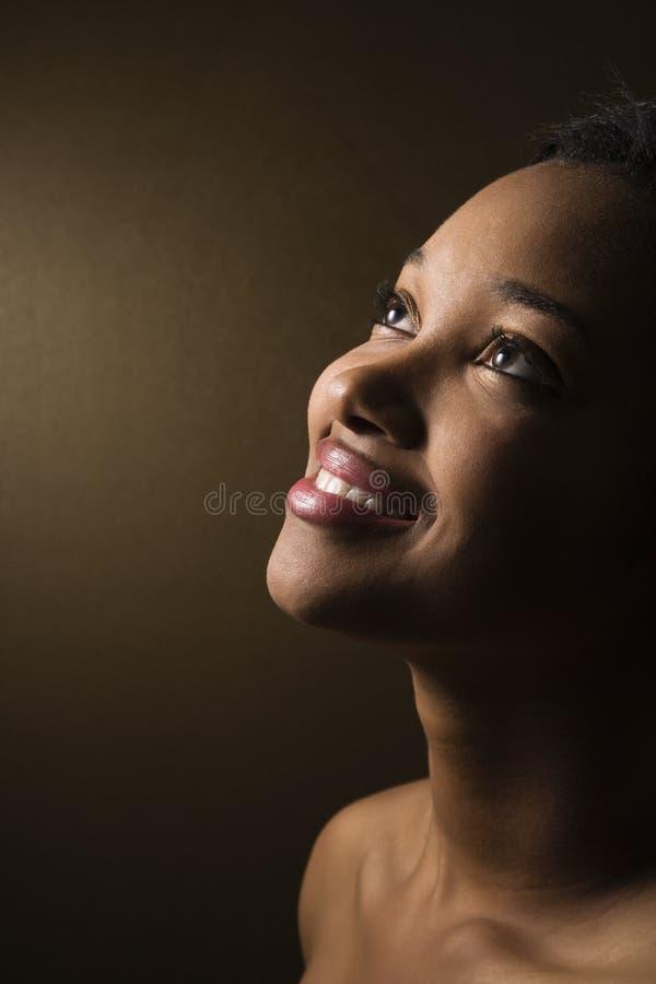 tätt le upp kvinna royaltyfria foton