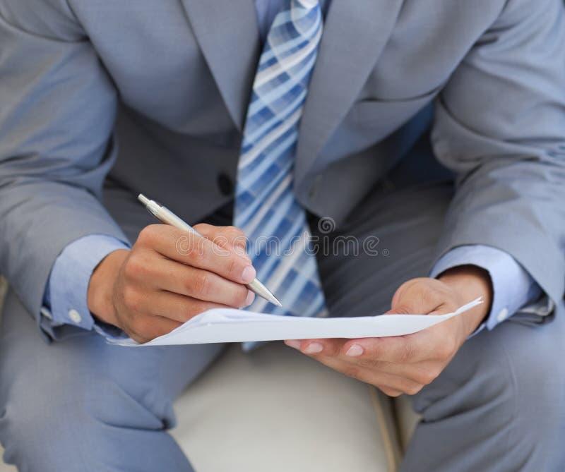 tätt papper för affärsman upp writing fotografering för bildbyråer