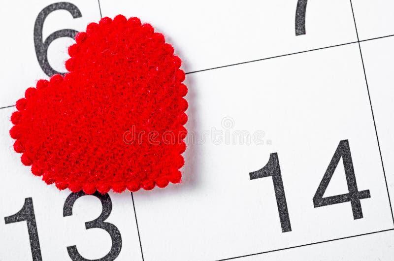 Tätt upp 14th det februari datumet 2019 och röd hjärta royaltyfria bilder