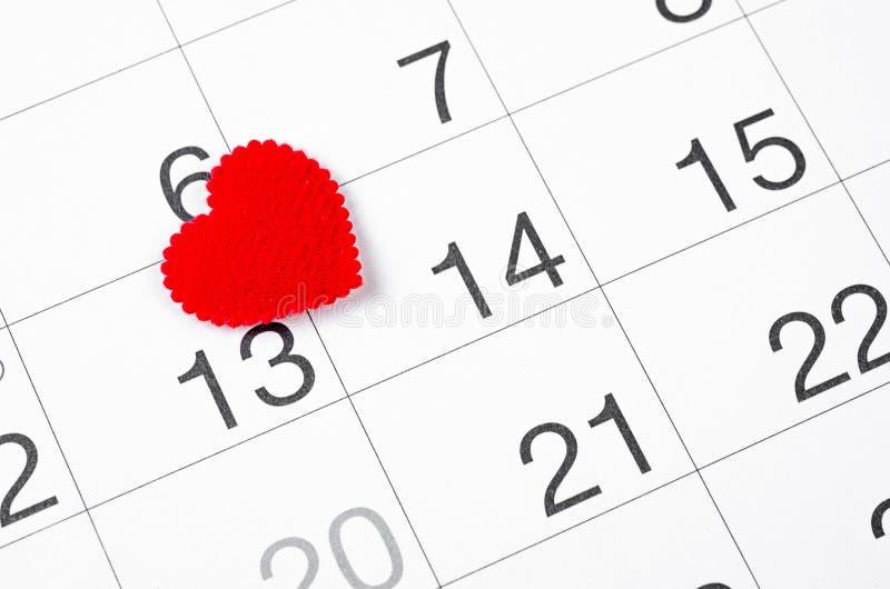 Tätt upp 14th det februari datumet 2019 och röd hjärta för påminnelse royaltyfri bild