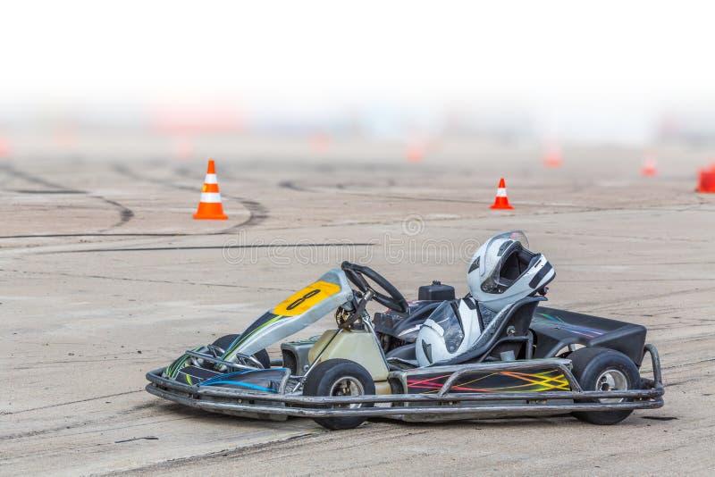 Tävlings- bil på vägen med gummihjulspår royaltyfri bild