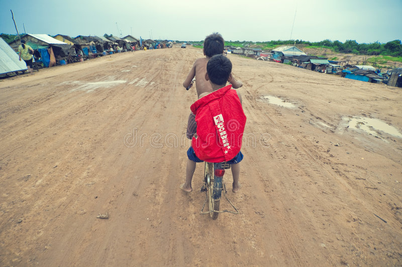 tävlings- för kambodjanska ungar för cykel gammalt dåligt arkivfoto