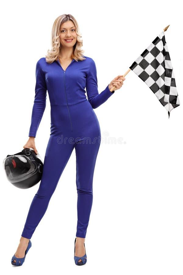 Tävlings- kvinna som rymmer en rutig loppflagga royaltyfria foton