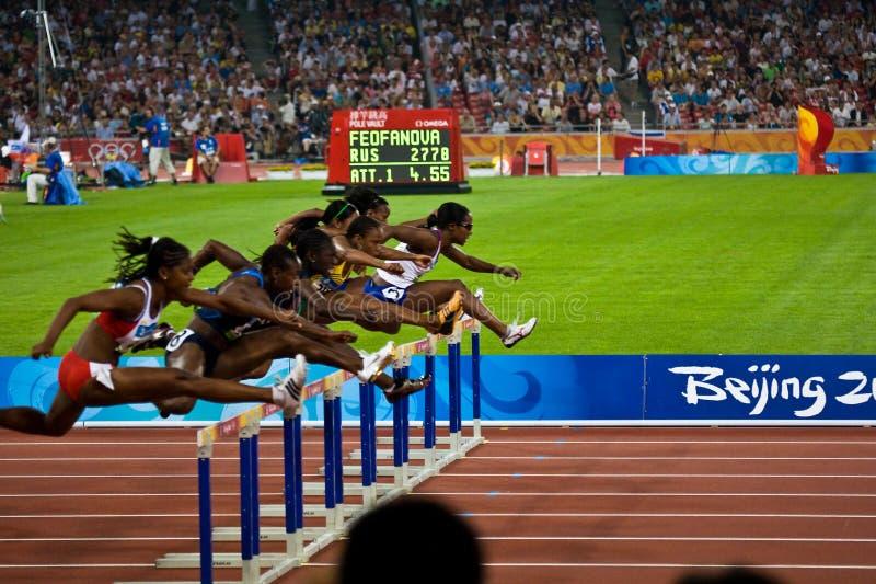 tävlings- kvinnor för 100m häckar royaltyfri fotografi