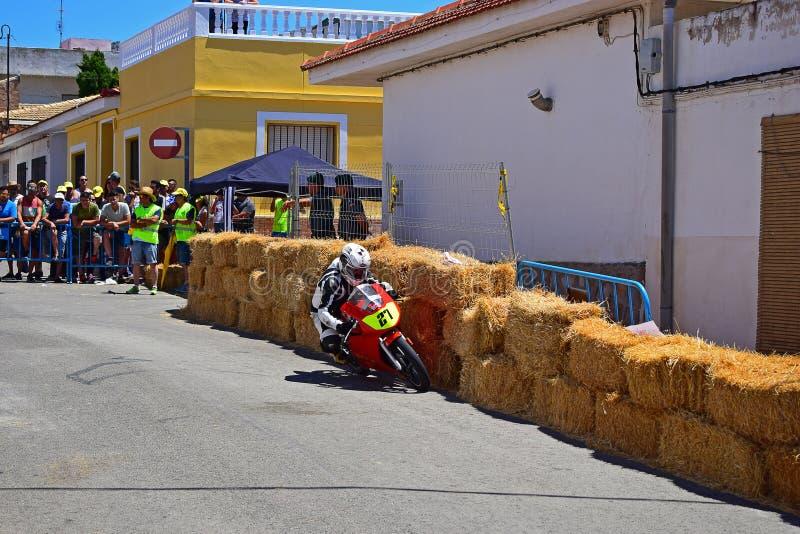 Tävlings- rinnande sned boll för motorcykel arkivfoton