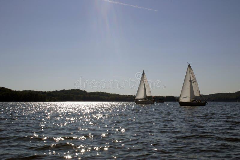 tävlings- segelbåtar två arkivbilder