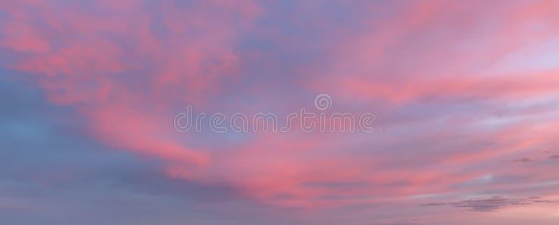 tło abstrakcyjna natura Fantastyczni kolory w niebie, menchia, purpury chmurnieją zmierzch Zmierzchu niebieskie niebo i chmur tła fotografia stock