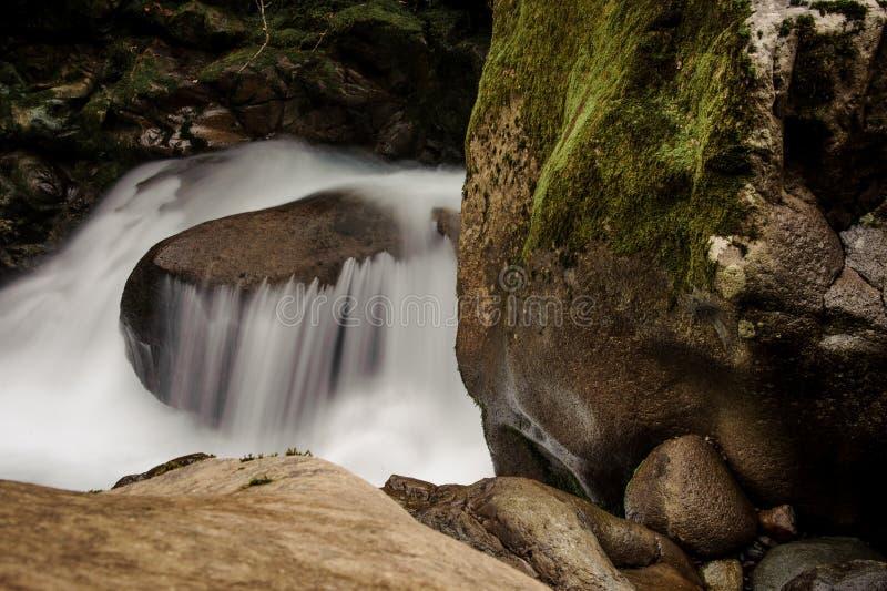 Tło woda moutain rzeka spada od skały zdjęcie stock