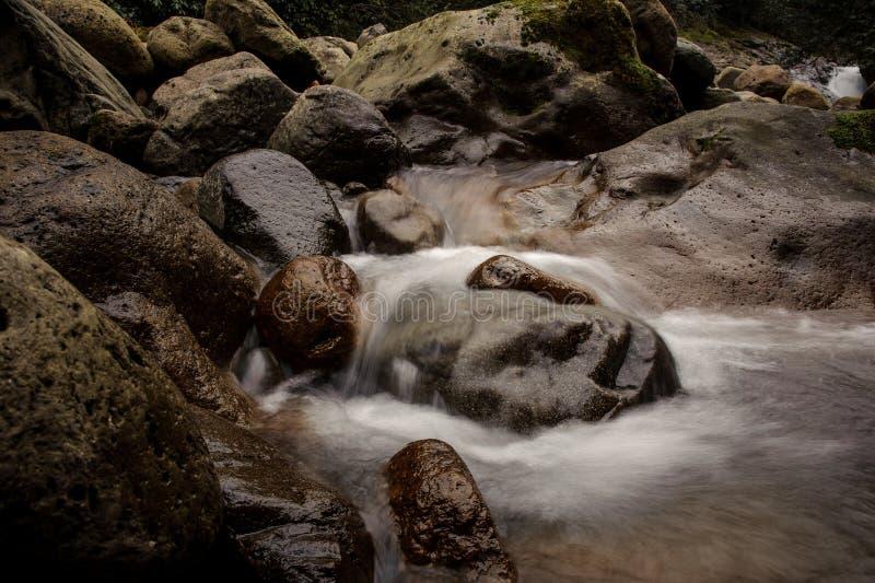 Tło woda spada w jezioro fotografia royalty free