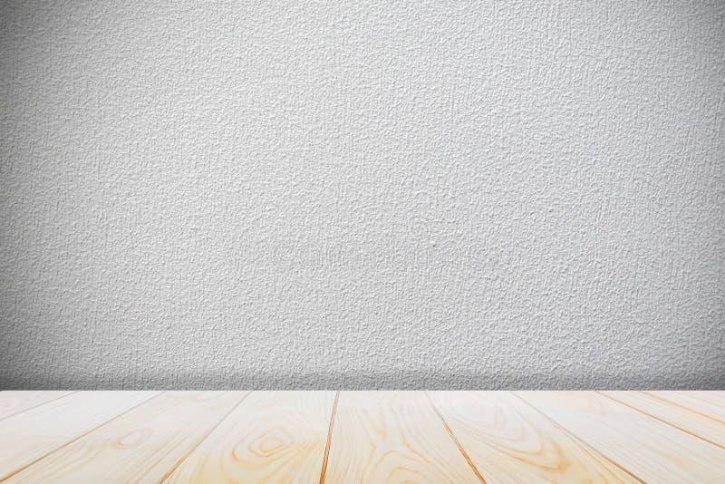 Tło z pustym drewnianym pokładu stołem nad grunge cementu ścianą, rocznik, tło, szablon, zdjęcia stock