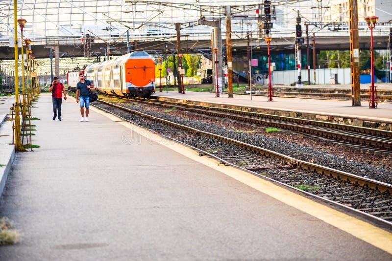 Tåg på plattformen Bukarest North Railway Station Gara de Nord Bucuresti i Bukarest, Rumänien, 2019 royaltyfri bild