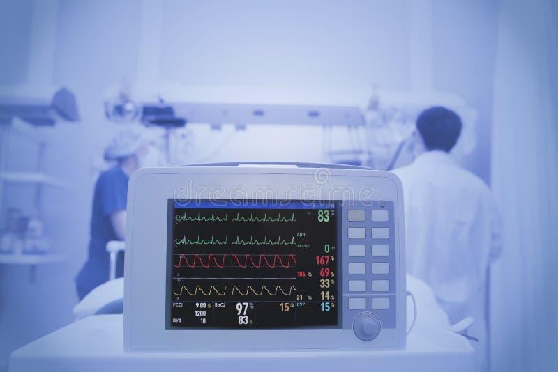 Tålmodig övervakning i ICU arkivfoto