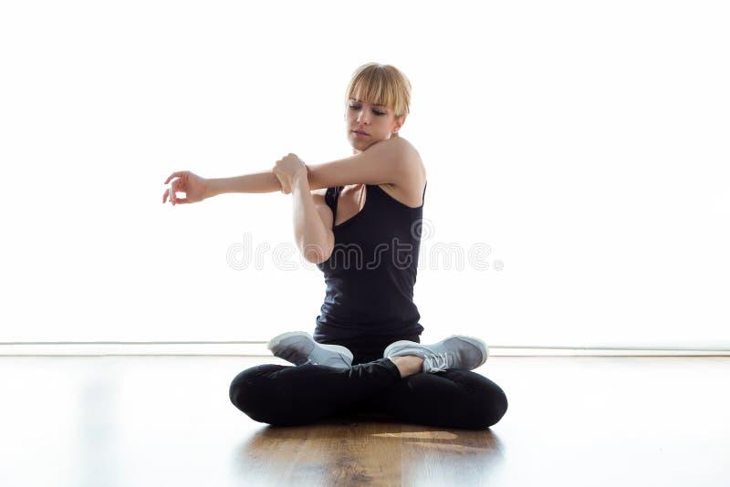 Tålmodig görande övning under sjukgymnastikperiod i physio rum arkivbilder