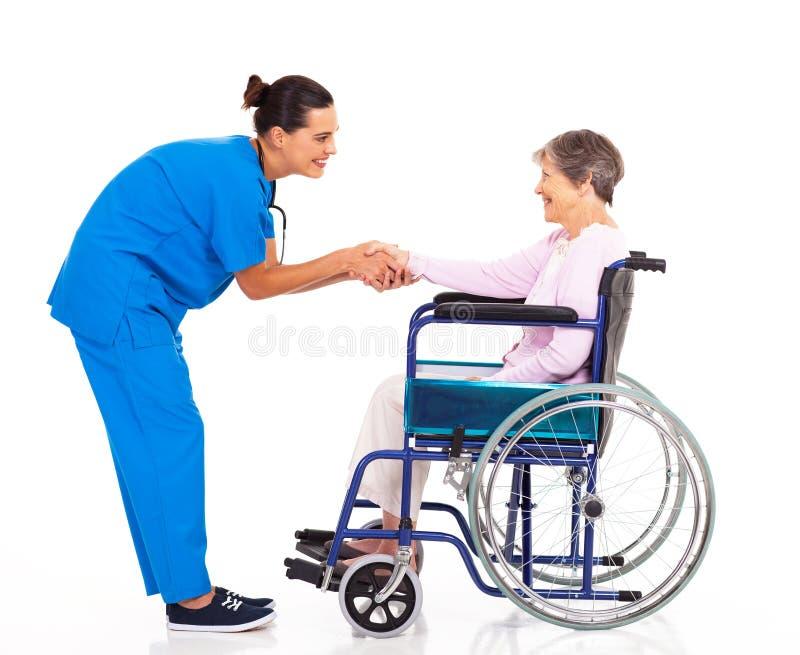Tålmodig greeting för sjuksköterska royaltyfri foto