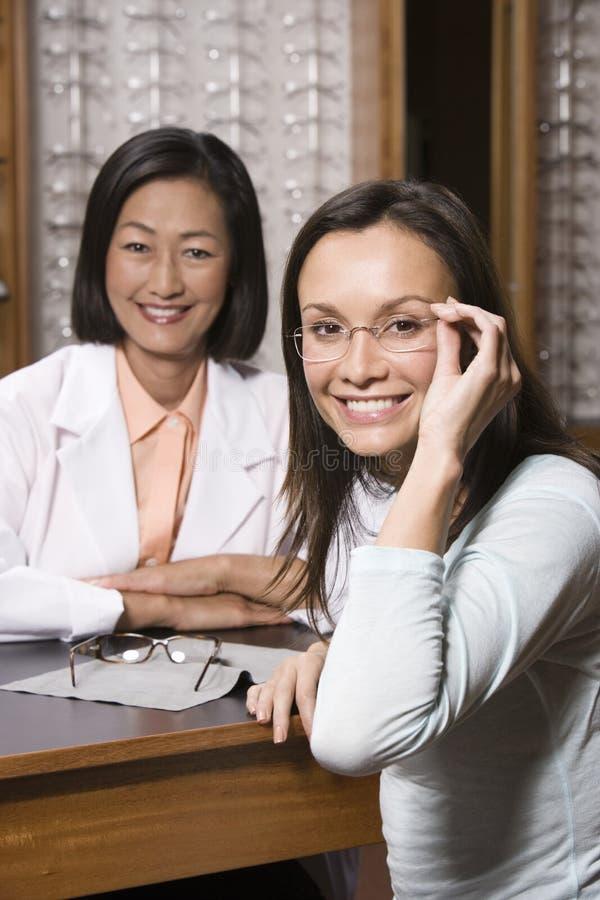 Tålmodig och optiker At Optometrists arkivfoto