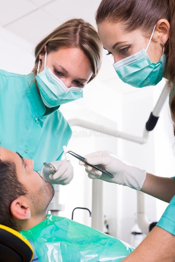 Tålmodig och tand- klinikbesättning royaltyfri fotografi
