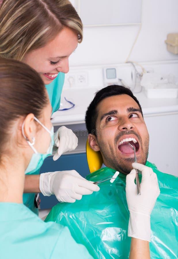Tålmodig på den tand- kliniken arkivbild