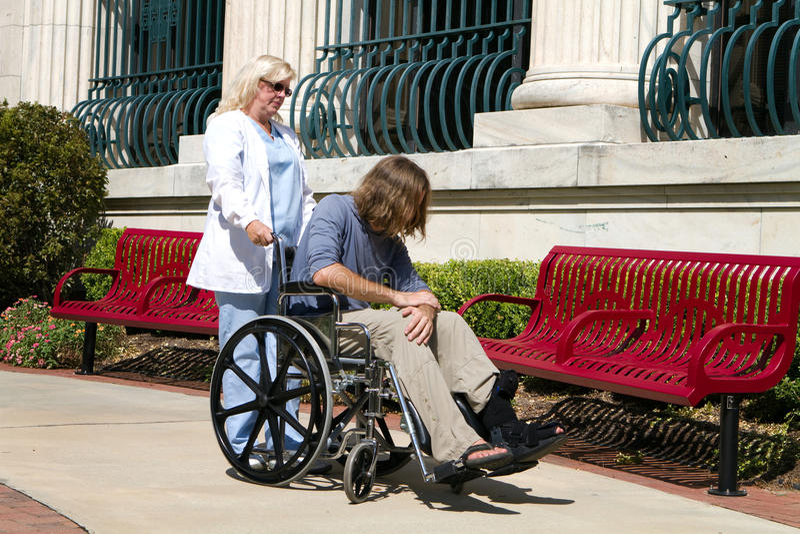Tålmodig sjuksköterskahandikappade personer arkivbilder