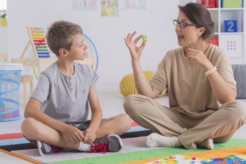 Tålmodiga psykolog och barn royaltyfri bild