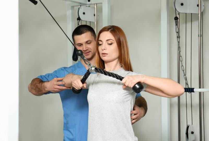 Tålmodigt öva under fysioterapeutövervakning arkivbild