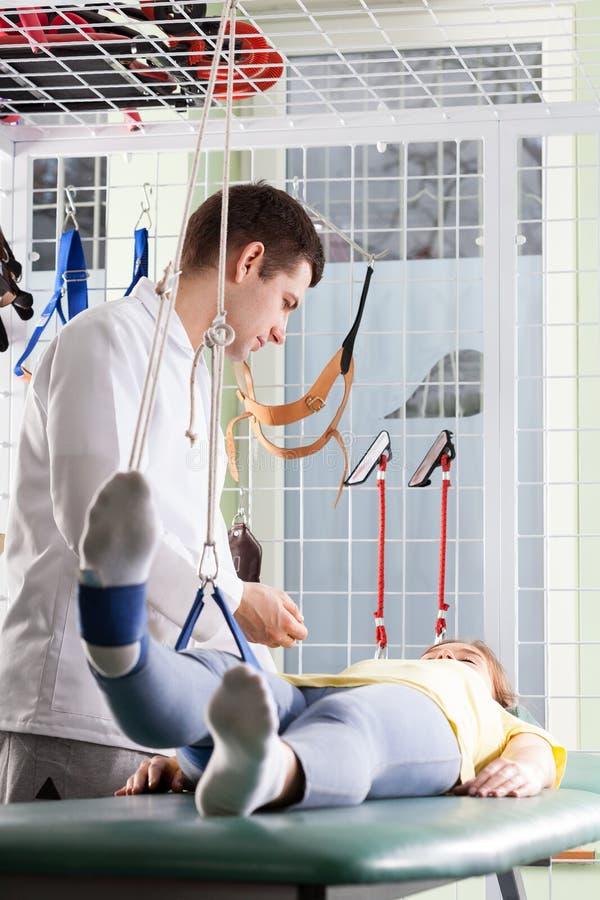 Tålmodigt sträckande ben under rehabilitering arkivfoton