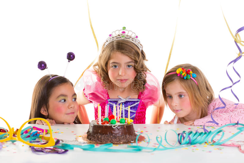 Tårta för choklad för look för parti för födelsedag för barnungeflickor upphetsad fotografering för bildbyråer