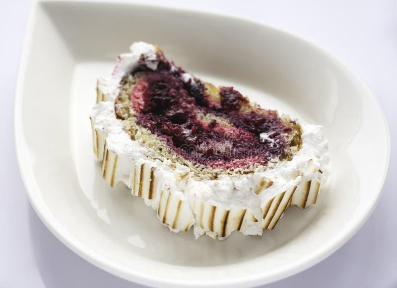 Tårta med bär royaltyfria foton