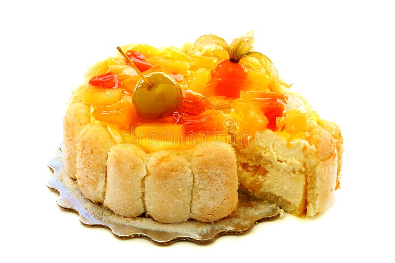 Tårta med ostmassakräm och frukt. royaltyfria foton