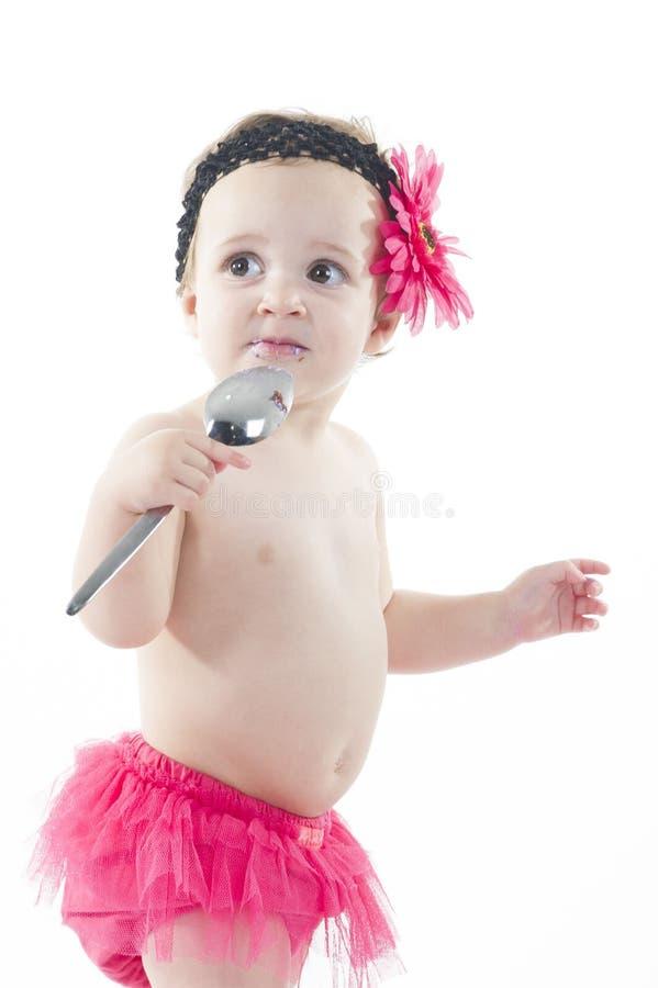 Tårtadundersuccéfor: Behandla som ett barn flickan och den stora tårtan! arkivbilder