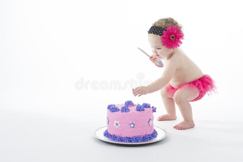Tårtadundersuccéfor: Behandla som ett barn flickan och den stora tårtan! royaltyfri foto