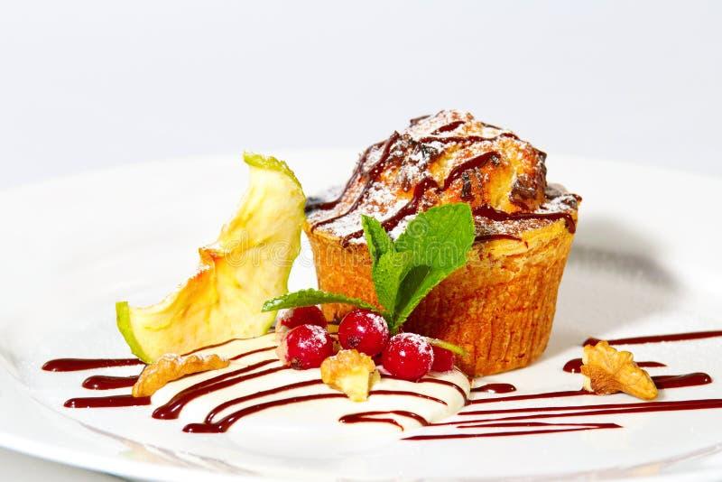 Tårtan med mjölkar kräm och äpplen arkivbilder
