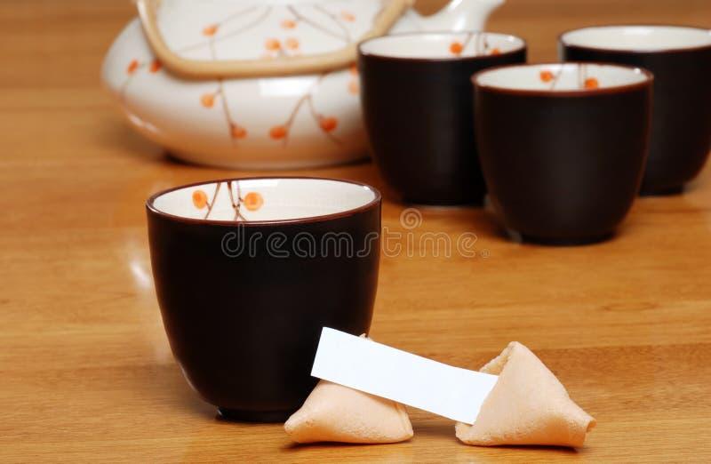 Tè asiatico con il biscotto di fortuna in bianco fotografia stock libera da diritti