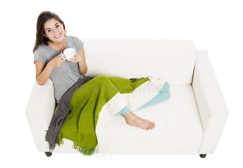 tè bevente del sofà fotografia stock libera da diritti